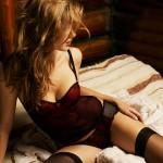 Mulher na cama com lingerie sexy
