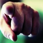 dedo apontado para você