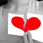 Foto de mulher segurando papel com coração partido