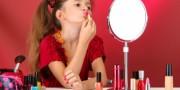 Garota usando maquiagem