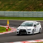 Pilote um Mitsubishi numa pista de alta performance