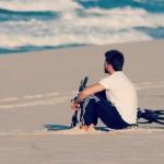 homem só na praia
