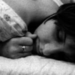 Mulher satisfeita na cama